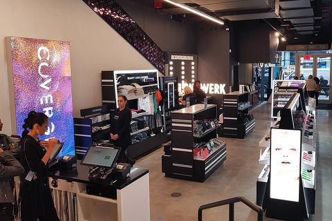 Le magasin se pare de noir et blanc, une charte graphique devenue classique  dans le b1aef440dc3a