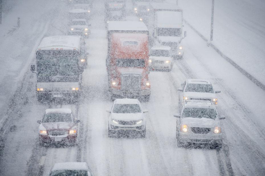 Poids lourds paralysés par la neige : les transporteurs vont réclamer