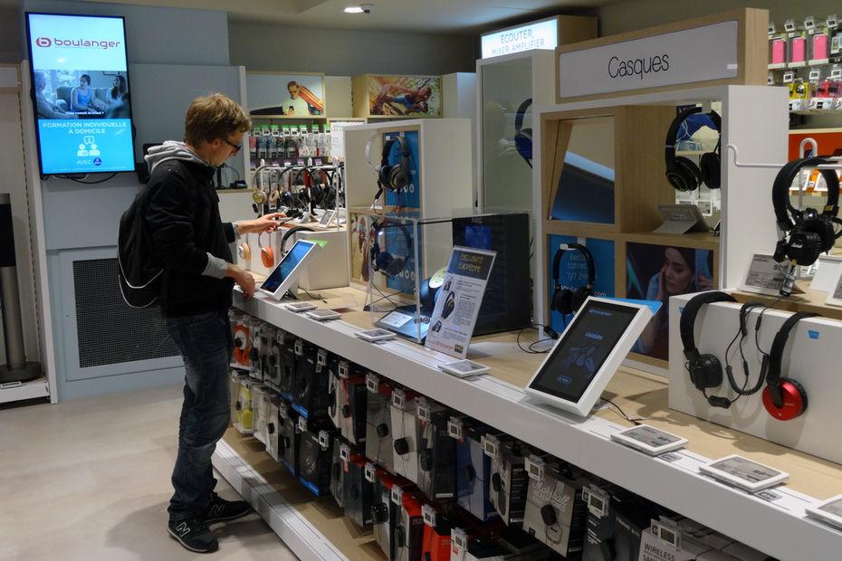Le magasin de Boulanger, à Paris Opéra, a installé dans tous ces linéaires des tablettes tactiles afin de faciliter les tests produits et de trouver facilement des détails techniques.