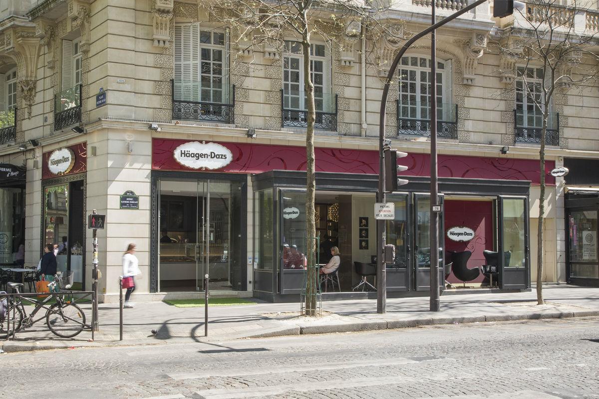 la boutique parisienne de la place victor hugo. Black Bedroom Furniture Sets. Home Design Ideas