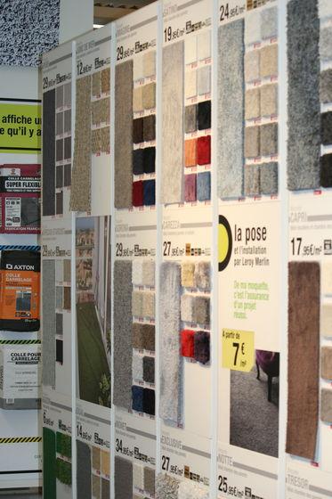 des murs verticaux présentent des échantillons pour donner un