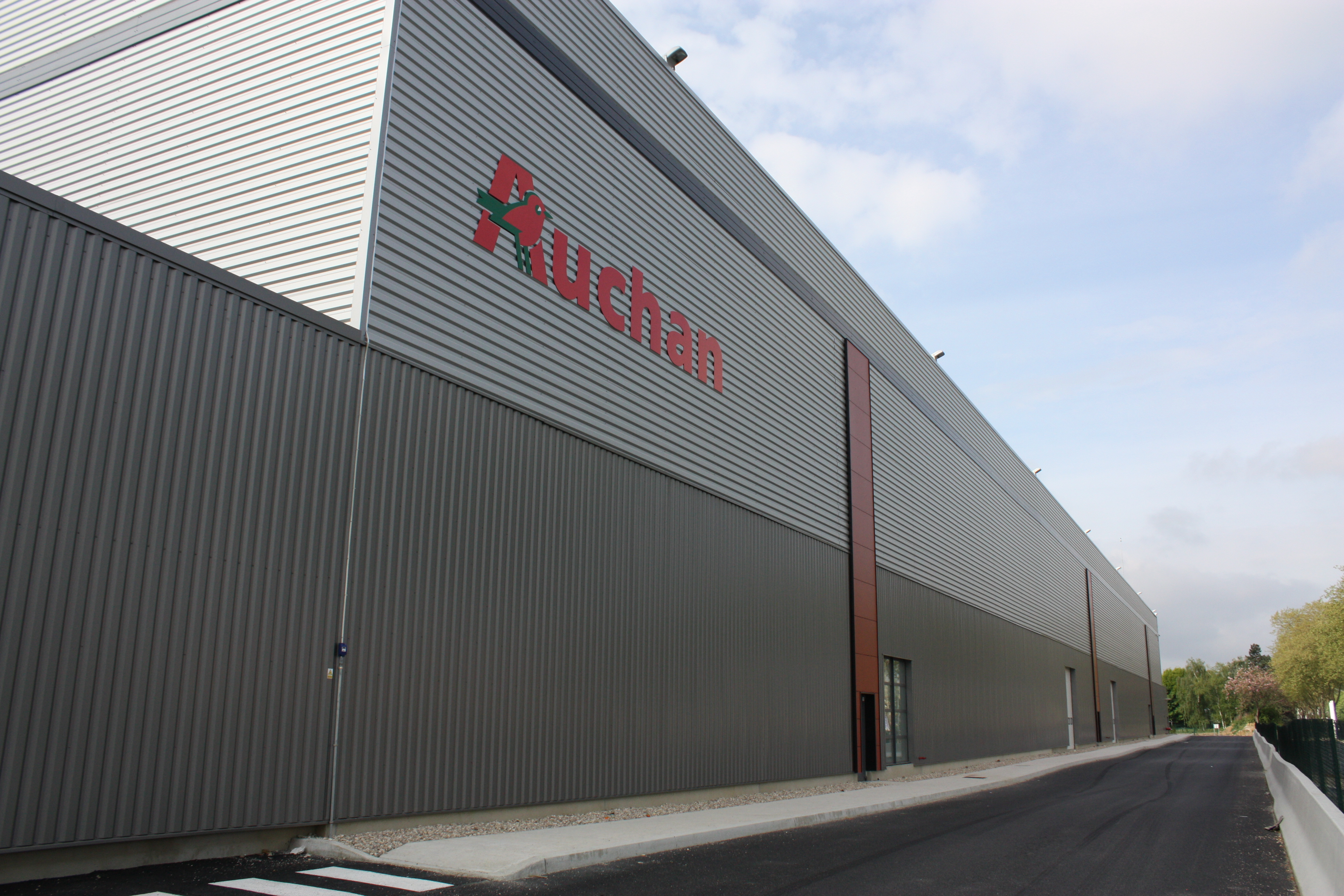 Auchan inaugure trappes son premier for Email auchan