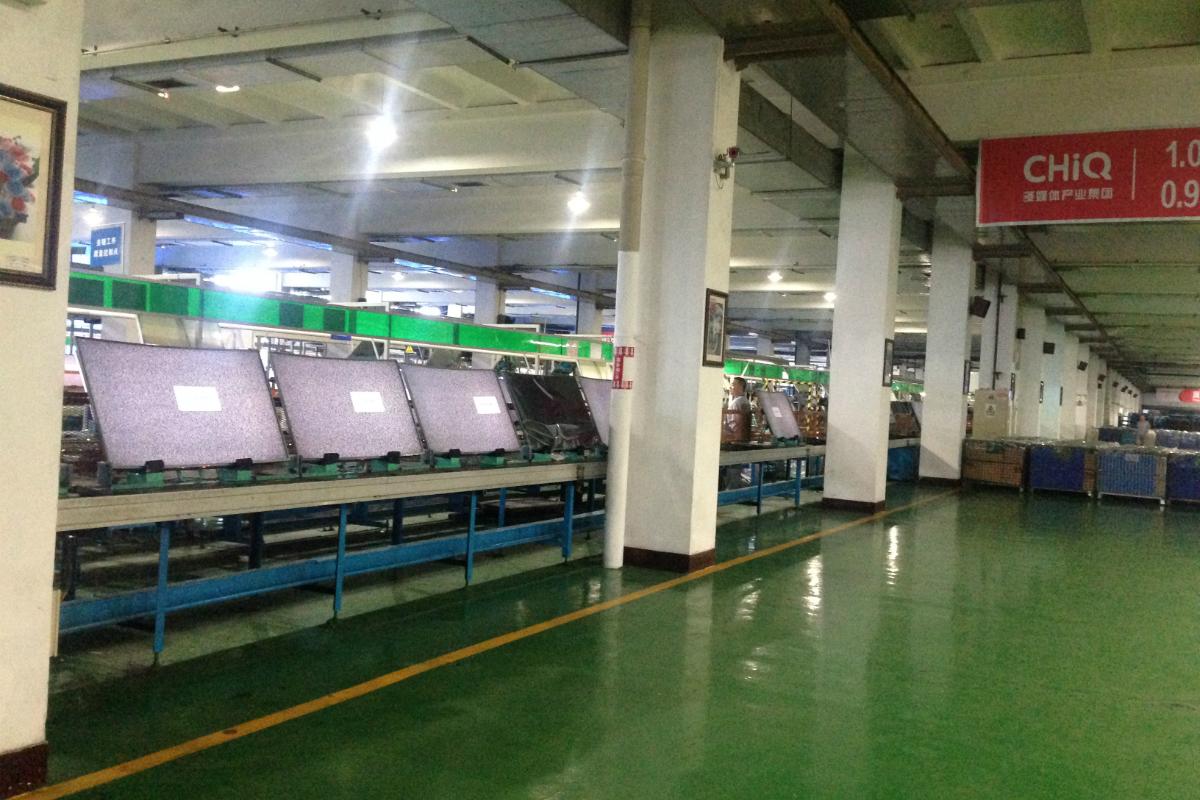 A l 39 int rieur de l 39 usine de fabrication des t l visions lcd for Interieur usine