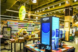 Un magasin Whole Foods avec un corner de produits Amazon.