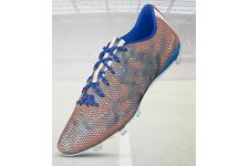 La paire de chaussures de football « mi f50 adizero » d'Adidas