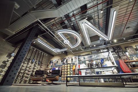 Adidas ouvre un cinquième magasin à Paris Sport, Articles