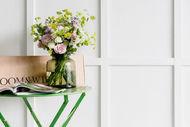 74e3b7b33697d4 La particularité du site réside dans une boîte longue qui contient les  fleurs en boutons.