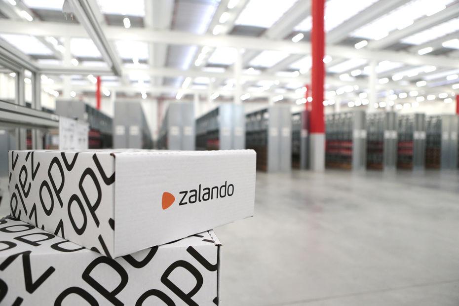 L e-marchand allemand propose à une sélection de petites boutiques de  prendre en charge les commandes passées en ligne sur la plateforme Zalando. 44e289c5a9a