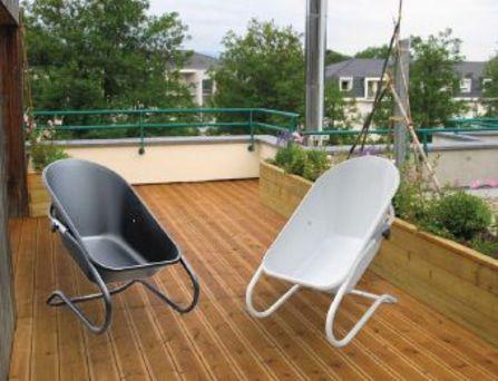 pourquoi ne pas s asseoir dans une brouette. Black Bedroom Furniture Sets. Home Design Ideas