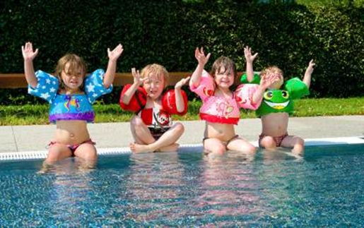Des brassards gilets pour apprentis nageurs loisirs culture for Sevylor piscine
